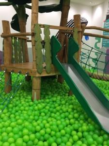 キドキド ボールプール 滑り台