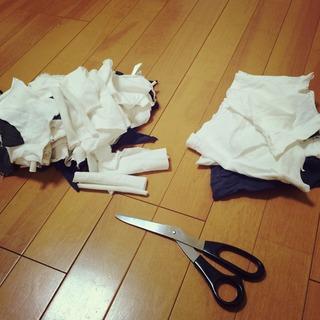 古いシャツを切って雑巾にする